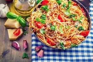 spaghetti bolognaise à la tomate cerise et au basilic.