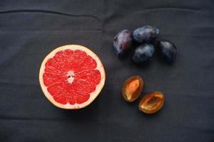 fruits sur une table photo