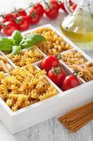 diverses pâtes de grains entiers crues dans une boîte en bois blanc