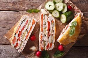 tarte au poulet et légumes frais vue de dessus horizontale close-up