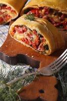 tarte maison avec jambon, fromage et épinards close-up