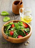 salade légère aux épinards et fraises. photo