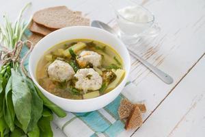 soupe à l'oseille avec boulettes de viande, pain, crème sure photo