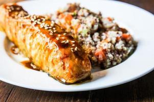 saumon au four avec couscous et légumes photo