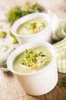 soupe aux légumes, décorée d'oeuf photo
