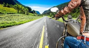 vue à la première personne de fille de motard