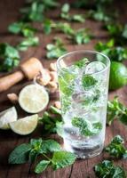 verre de mojito avec des ingrédients photo