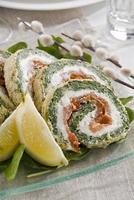 roulade au saumon, épinards, tomates séchées photo