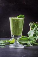 préparation de smoothie vert