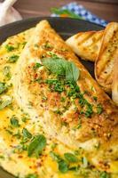 omelette aux herbes avec ciboulette et origan