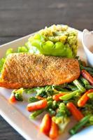 filet de saumon grillé avec purée de pommes de terre et épinards et légumes.