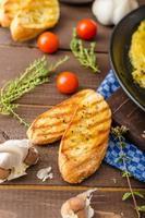 omelette aux herbes avec ciboulette et origan photo