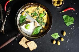 fromage blanc frais avec des œufs brouillés et des épinards photo