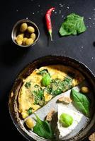 fromage blanc frais avec des œufs brouillés et des épinards