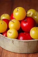 prunes jaunes et rouges dans un bol photo