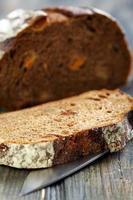 pain de seigle avec gros plan abricots secs.