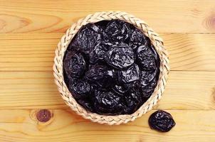 prune séchée dans un bol en osier photo