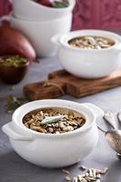flocons d'avoine au four avec des poires et des graines photo