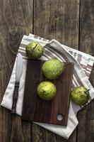 poires fraîches sur une planche à découper en bois photo