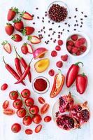 fruits et légumes frais et rouges photo