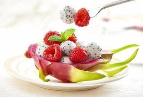 dessert aux framboises et aux fruits du dragon photo