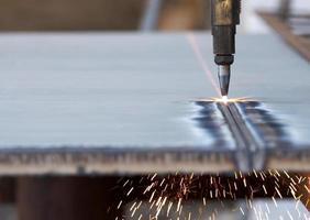 étincelles volant de métal en cours de gravure photo