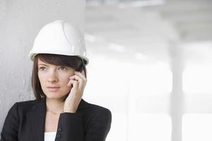 architecte, utilisation, téléphone portable, dans, vide, entrepôt photo