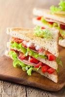 sandwich avec jambon tomate et laitue