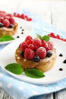 gâteaux sucrés avec des baies sur close-up de table photo