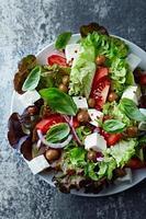 salade à la méditerranéenne avec fromage feta