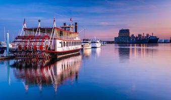 bateaux dans le canton au coucher du soleil, baltimore, maryland. photo