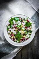 salade de légumes sur fond de bois