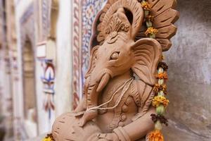 fresques de haveli et statue de ganesha. photo