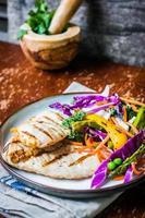 poitrines de poulet grillées aux légumes photo