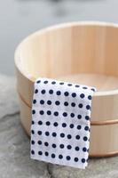 serviette et pot d'eau chaude photo