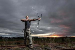 homme avec arc et flèches photo