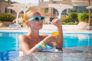 fille au bar de la piscine photo