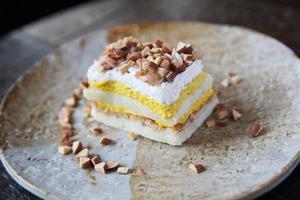 gâteau mangue aux haricots sur fond de bois photo