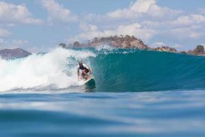 surfer sur une vague. photo