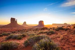 paysage de la vallée du monument au lever du soleil photo