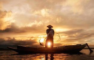 Pêcheur du lac Bangpra en action lors de la pêche, Thaïlande photo