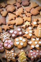 biscuits de pain d'épice de Noël colorés sur du papier sulfurisé