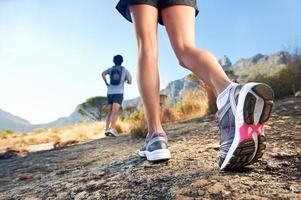 pieds courir en plein air photo