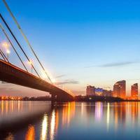 Pont de Moscou à Kiev la nuit photo