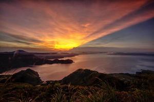 lever du soleil du lac toba photo