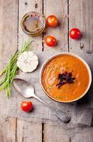soupe de tomates aux tomates séchées au soleil. fond en bois