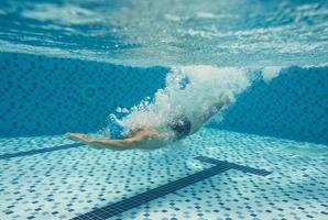 plongée dans la piscine