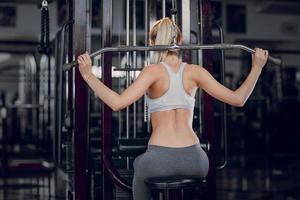 belle blonde, faire des exercices de gym photo