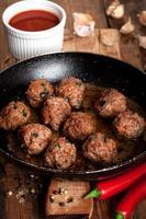 boulettes de viande cuites dans la poêle photo