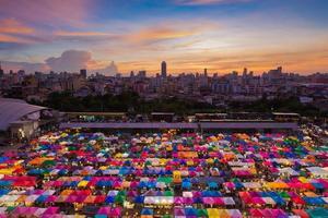 Vue aérienne du marché aux puces de Bangkok
